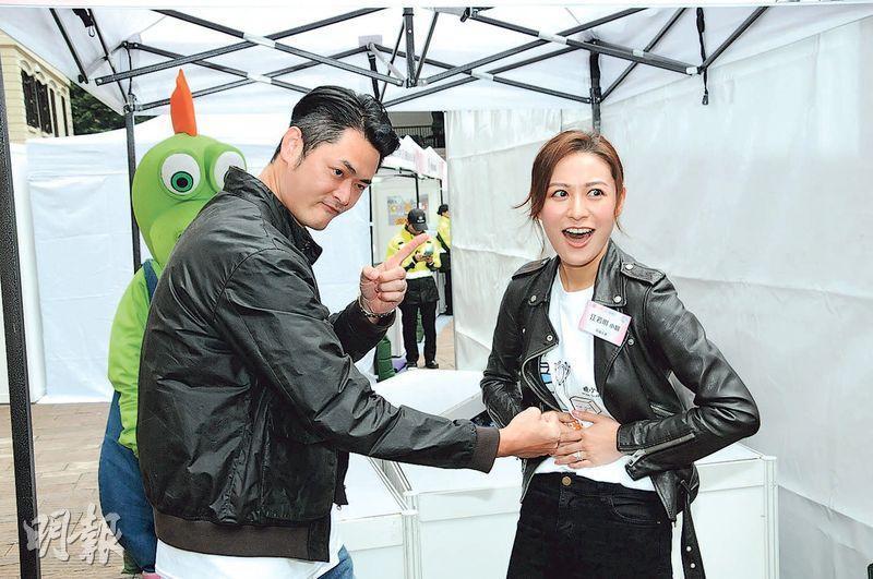 蕭潤邦作狀打江若琳個肚,力證老婆未懷孕。(攝影/記者:林祖傑)