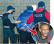 R.Kelly投案後,被芝加哥警員扣上手銬,押入警局接受問話。(法新社)