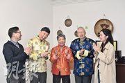 一班年長的話劇初哥,包括林伯(左二起)、葉婆婆和方伯,是葵涌醫院老齡精神科日間中心「樂齡劇社」的演員,訪問當日3人穿上戲服後,雀躍地唱起歌來。圖左一為樂齡劇社導演蘇偉生,右一為有份參與劇社的中心職員。(楊柏賢攝)