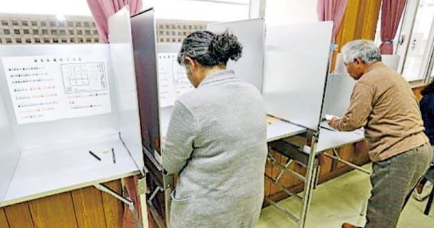 沖繩昨就駐沖繩美軍基地搬遷公投,民眾到票站投票,結果顯示逾半投票選民反對基地遷到邊野古。(網上圖片)