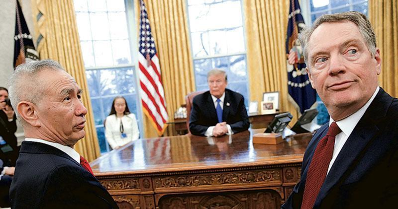 第七輪中美經貿高級別磋商前日結束,中美宣布在多個議題上取得實質性進展。圖為22日,習近平特使劉鶴(左)在白宮與美國總統特朗普(中)會晤,美方貿易代表萊特希澤(右)等美方代表一同會見。(路透社)