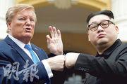 「A貨」金正恩及特朗普上周五在越南歌劇院外合照。其中模仿金正恩的港產喜劇演員李浩宏(右)昨被越南驅逐出境。(路透社)