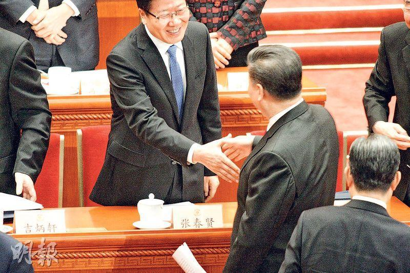 政協會議昨開幕,國家主席習近平在散場時,與曾任新疆書記的全國人大副委員長張春賢(左)握手,張露齒而笑。(鄭海龍攝)