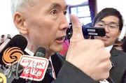全國政協委員、信和集團主席黃志祥昨日在北京出席政協會議時,被記者追問是否支持林鄭月娥連任特首,黃豎起拇指說︰「當然支持……佢係最好㗎!」(港台新聞片截圖)