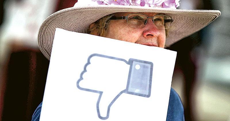 去年4月5日,加州的facebook總部外有長者團體示威,要求當局加強規管網上私隱。(法新社)
