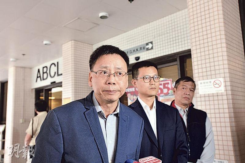 城巴營運總監鍾澤文(前)昨日到醫院探望城巴撞貨車奪命車禍的傷者。(衛永康攝)