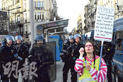 法國波爾多一名黃背心示威者在憲兵前,一邊吹肥皂泡,一邊夾着寫了1793年法國大革命名句的標語示威,抗議政府侵犯人民的權利。(法新社)