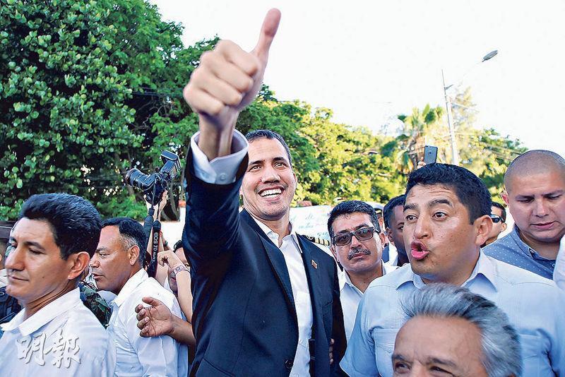 委內瑞拉反對派領袖瓜伊多(中)上周六到厄瓜多爾跟厄國總統會面後向群眾致意。(路透社)