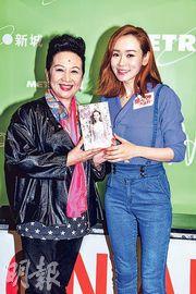 楊思琦(右)向薛家燕自薦上《流行經典50年》獻唱。(攝影:鍾偉茵)