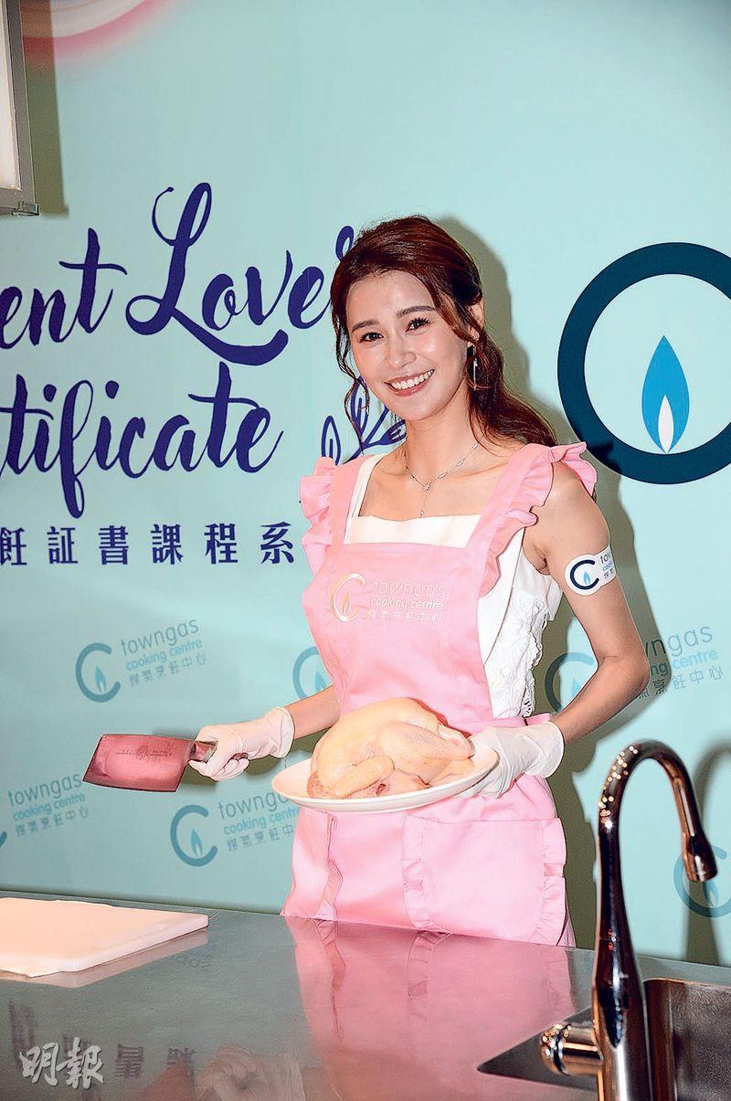 黃翠如婚後對烹飪開始感興趣,今次出席活動學會了斬雞。(攝影:劉永銳)