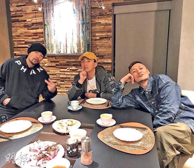 余文樂(右)在社交網上載與《頭文字D》舊拍檔周杰倫(左)和劉畊宏(中)的合照。(網上圖片)