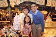 梁詠琪(左)攬實囡囡Sofia(中)與老公Sergio(右)在蛋糕前拍照好溫馨。(網上圖片)