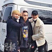 SHINee成員Key(中)昨日入伍,隊友泰民(左)和珉豪(右)到軍營門外送行,果然手足情深。