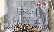 英國《衛報》昨刊登反恐警察發放的照片,顯示寄往希思路機場的可疑郵包有燒焦痕迹,貼有去年愛爾蘭情人節特別版「來自愛爾蘭的愛」郵票和附有都柏林地址。(網上圖片)