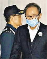 首爾高院昨批准前總統李明博(右)在上訴期間保釋申請,同日下午即離開監獄。(網上圖片)