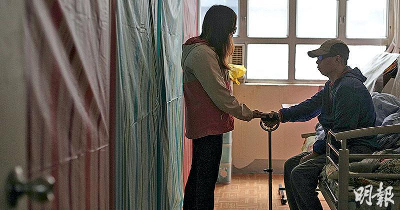 腦膜瘤患者李樹良(右)熱愛運動,笑言以往「行山行到鞋都爛」,惟廣華醫院涉漏跟進報告致延誤治療復發的腦膜瘤,他經歷兩次手術後左身乏力、難平衡,要靠患乳癌的太太(左)攙扶。她長期服用類固醇出現骨折,只能「夾硬扶着他」,盼丈夫有日可重新站起來。(曾憲宗攝)