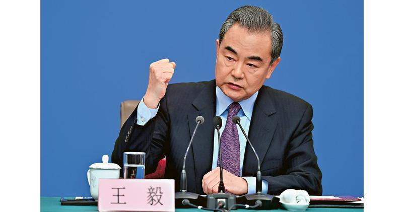 國務委員兼外交部長王毅昨在記者會中談及孟晚舟案和華為問題,其間右手握拳說:「我們也支持相關企業和個人拿起法律武器來維護自身權益,不當沈默的羔羊。」(中新社)