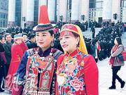 盛裝的女代表開心地在大會堂前廣場合影。(明報記者攝)