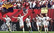 美國女子國家足球隊的勞埃德(10號球員)等隊員在溫哥華歡慶贏得2015年女足世界盃。這班女足球員指她們的國際賽績勝於男足,不滿酬勞反遜於男球員。(法新社)