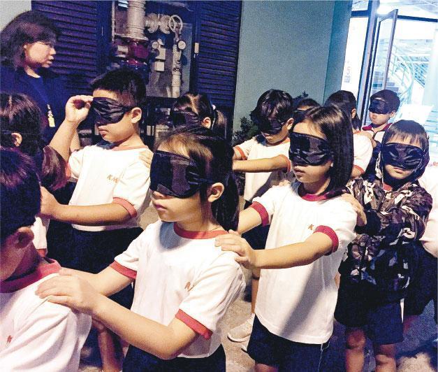 教育局鼓勵公營小學善用資源提升學生抗逆力,而國民學校的「成長的天空」計劃,有高小生宿營活動,他們在營內要完成任務,從中學習合作精神及解決問題。(國民學校提供)