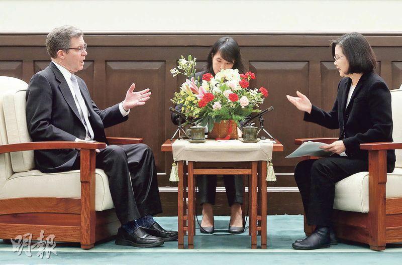台灣總統蔡英文(右)接見美國際宗教自由大使布朗貝克(左)時表示,首場於亞洲舉行的印太宗教自由會議選址台灣,展現了台美堅實的伙伴關係。(中央社)