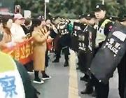 成都大批家長昨到涉事學校抗議,警員持盾到場戒備,雙方一度發生衝突,警方其後用辣椒水驅散家長。(網上圖片)