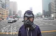 韓國上周三有示威者戴着防毒面具在光化門廣場抗議,要求政府採取行動以減輕空氣污染。(法新社)