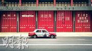 5名設計師用唔同字型字體喺灣仔港灣消防局紅色風琴閘門上,重新設計「消防局」中英文字體,帶出香港雙語特色之外,亦向消防員致敬。(相片由「#ddHK 設計#香港地」提供)