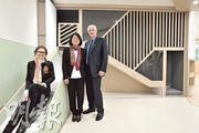 意大利國際幼稚園校董朱麗婭(左)、創辦人及校監古楚璧(右)和太太魏昭鳳(中)介紹校內設備。圖中滑梯可移動收起,令室內活動空間增多。(楊柏賢攝)