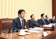 十三屆全國人大二次會議主席團14日舉行第三次會議。圖為主席團常務主席栗戰書主持會議。(新華社)