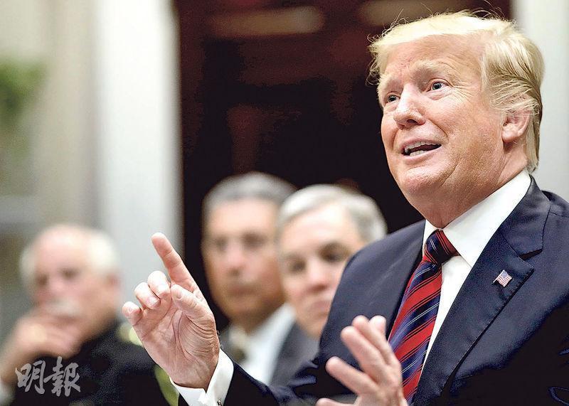 美國總統特朗普(前)周三在白宮出席南部邊境販毒問題簡報會,其間突然宣布美國會暫停波音737 MAX飛行。(法新社)