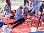 大馬巴西古當周三有學生疑吸入甲烷後不適,救援人員在社區禮堂為他們治療。(網上圖片)