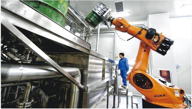 內地首兩月規模以上工業增加值從5.7%放緩至5.3%,是2002年來新低。圖為河北廊坊市經濟技術開發區生產基地工作人員正在測試機器設備。(新華社)