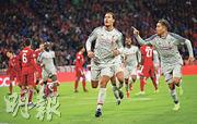 利物浦後防領袖華基爾雲迪積克(中)昨仗再做「帶刀侍衛」,交出1入球1助攻,助紅軍晉身歐聯8強。(Getty Images)