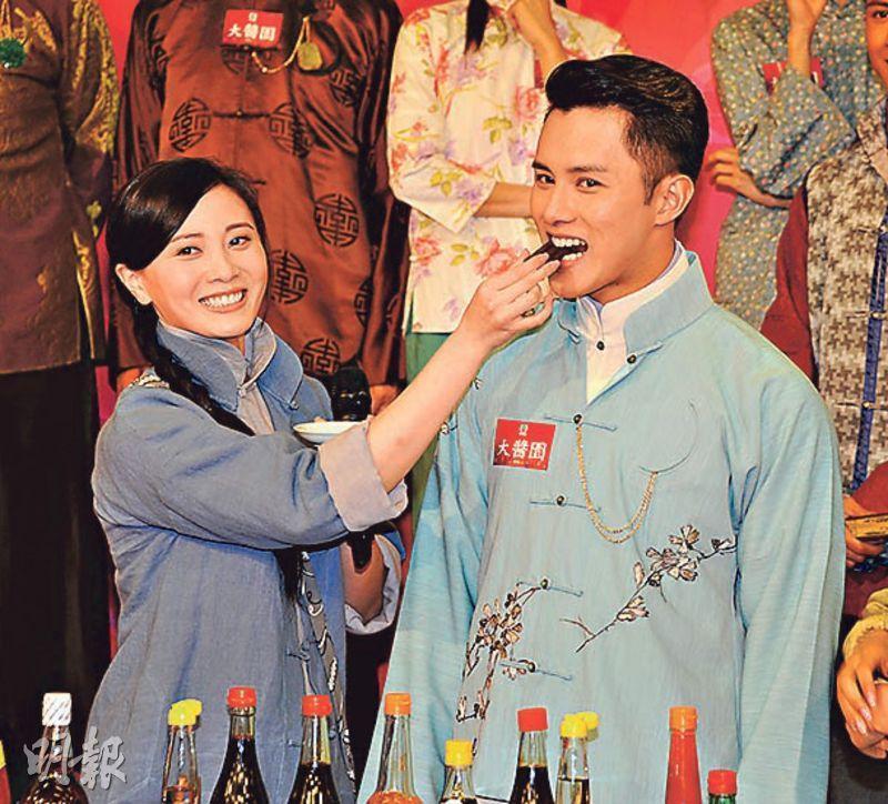 朱晨麗(左)在活動上餵緋聞男友何廣沛食白醋浸過的朱古力。(攝影/記者:陳釗)