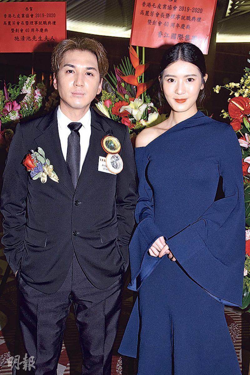 王大業(左)邀請余香凝(右)出席香港毛皮業協會周年晚宴。(攝影:鍾偉茵)