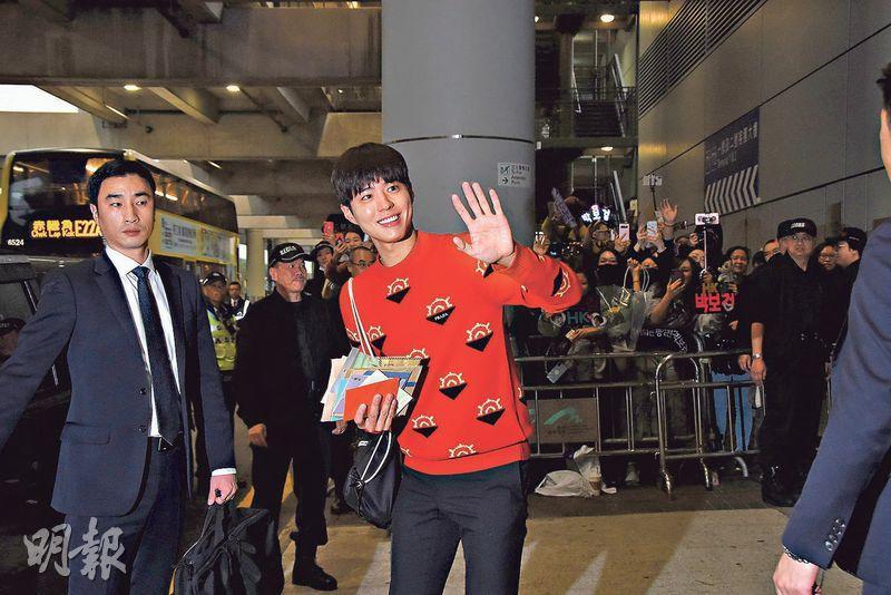 朴寶劍(中)向來是「暖男」,粉絲遞上信件,他全部緊握在手中。(攝影:鍾偉茵)