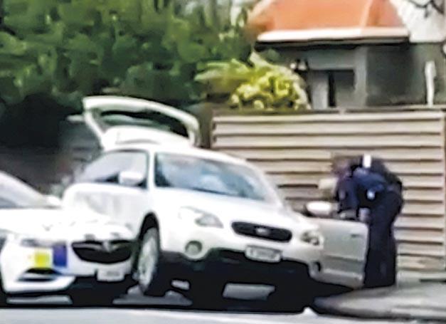 目擊者從車上拍下警員制服疑犯的片段,顯示警車將疑犯所駕汽車撞向路邊令它懸空,阻止其前行。(網上圖片)