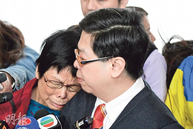 林子健母親(左)在庭外見傳媒時哭訴是次判決「太不公平、太不公義」,更一度倚在林子健(右)肩上哭泣。(賴俊傑攝)