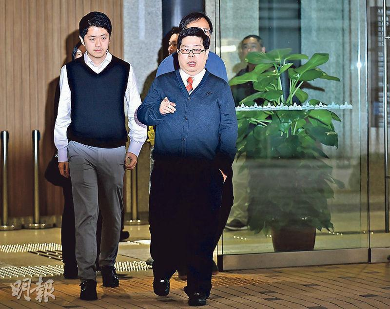民主黨立法會議員許智峯(前左)昨到庭聽審,其後陪同林子健(前右)見記者,但無主動發言。其後,他被追問對案件的看法,他說作為林的朋友,會繼續支持他。(賴俊傑攝)