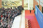 國務院總理李克強昨日舉行記者會。圖為他在記者會開始前步入會場,並向在場媒體揮手。(新華社)