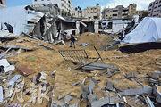 有巴勒斯坦人周五察看被以色列空襲後的加沙城哈馬斯設施。(新華社)