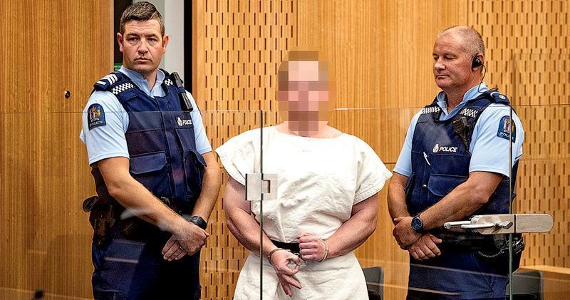 28歲的涉案槍手塔蘭特被控謀殺罪,他在早前公開的宣言中自稱法西斯主義者,昨日出庭時更公開做出被視為白人至上的「OK」手勢。新西蘭法庭下令塔蘭特的樣貌要打格。(路透社)