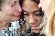 基督城昨日有集會悼念上周五的清真寺恐襲案死者,一名女子流下熱淚。(法新社)