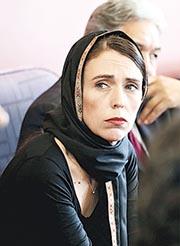 新西蘭總理阿德恩(圖)前日披着頭巾,到基督城一間難民中心探訪穆斯林團體。(路透社)