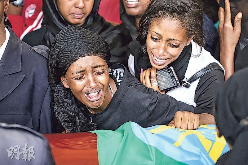 埃塞俄比亞當局昨在亞的斯亞貝巴一間教堂為空難死者舉行悼念儀式,有家屬悲慟痛哭。(法新社)