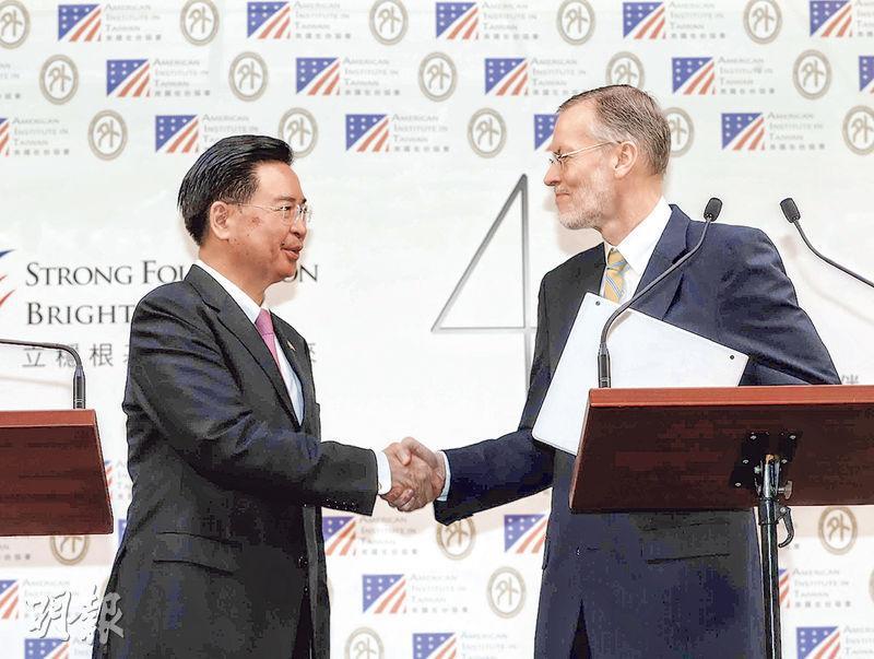 台灣外交部長吳釗燮(左)與美國在台協會(AIT)處長酈英傑(右)昨在外交部主持記者會,宣布台美合作成立「印太民主治理諮商機制」。(中央社)