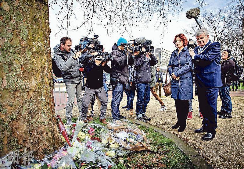 烏得勒支市長范扎嫩(右一)及市議會議員伍爾特曼(Linda Voortman)(右二)周二到電車遇襲案現場,獻花悼念槍擊案死者。(法新社)