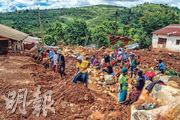 津巴布韋奇馬尼馬尼的居民周二搜索熱帶氣旋「伊代」(Idai)死難者。(法新社)