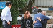 滿頭白髮、戴黑色粗框眼鏡的新地前聯席主席郭炳江(右一)昨早刑滿出獄,先後與兒子郭基煇(藍衣者)、女兒郭曉妍(左二)及胞弟郭炳聯(左一)擁抱,眾人面帶笑容。(李紹昌攝)